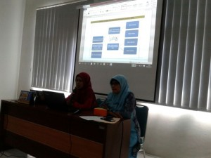 Bu Andari mempresentasikan Chapter designd an Lesson Designnya